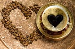 Café caliente en una taza y granos foto de archivo libre de regalías
