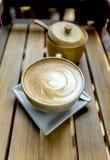 Café caliente tarde en taza de cerámica del diseño Imagenes de archivo