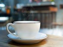 Café caliente, taza blanca de café express en la tabla de madera Imagenes de archivo
