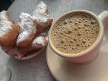 Café caliente y Beignets de la achicoria fotografía de archivo