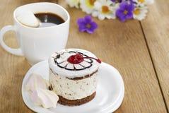 Café caliente y torta sabrosa imagen de archivo