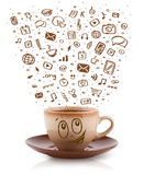 Café-caneca com ícones tirados mão dos meios Imagens de Stock
