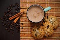 Café, canela, galletas y granos de café Fotografía de archivo