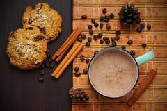 Café, canela, granos de café y galletas Imágenes de archivo libres de regalías