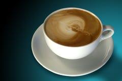 Café (cappuccino) con el arte de Latte Imagen de archivo libre de regalías