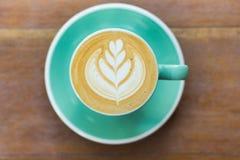 Café, cappuccino dans le matin, tasse verte Photographie stock
