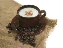 Café - Capuccino com feijões Imagens de Stock Royalty Free