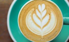 Café, capuchino por mañana, taza verde Fotos de archivo libres de regalías