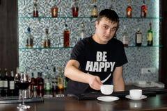 Café caucasiano do serviço do empregado de bar na barra fotos de stock royalty free