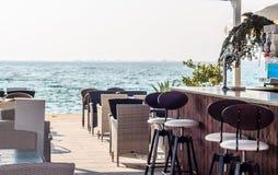 Café cerca del mar Imagenes de archivo