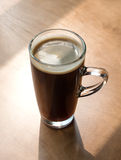 Café chaud (americano) sur la table pendant le matin Photo libre de droits