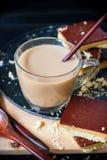 Café chaud avec des biscuits de caramel de chocolat Traitement au four fait maison Images libres de droits