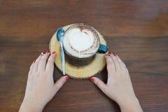 café chaud avec la mousse de café de forme de coeur photos stock