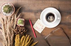 Café chaud avec la note et le cactus de papier Photos libres de droits