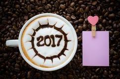 Café chaud avec le modèle de l'art 2017 de lait de mousse Photographie stock libre de droits