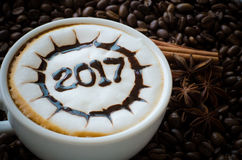 Café chaud avec le modèle de l'art 2017 de lait de mousse Photos stock