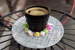 Café chaud d'Americano avec le dessus de crema avec des gemmes de glace Photo libre de droits