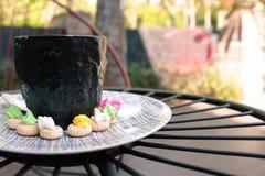 Café chaud d'Americano avec le dessus de crema avec des gemmes de glace Image libre de droits