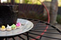 Café chaud d'Americano avec le dessus de crema dans un surr en verre noir chic Photo stock