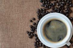 Café chaud d'americano dans la tasse blanche photos libres de droits