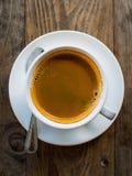Café chaud d'Americano dans la tasse blanche sur la table en bois Images stock