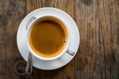 Café chaud d'Americano dans la tasse blanche sur la table en bois Photographie stock