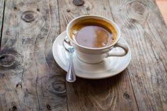 Café chaud d'Americano dans la tasse blanche sur la table en bois C'est comment les fabricants de l'eau chaude se sont mélangés d Image stock
