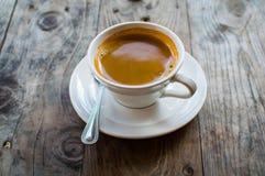 Café chaud d'Americano dans la tasse blanche sur la table en bois C'est comment les fabricants de l'eau chaude se sont mélangés d Photographie stock libre de droits