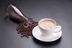 Café chaud d'americano en verre blanc sur le fond noir Images libres de droits