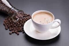 Café chaud d'americano en verre blanc sur le fond noir Photographie stock