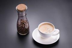 Café chaud d'americano en verre blanc sur le fond noir Photographie stock libre de droits