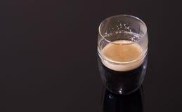 Café chaud d'Americano servi dans un verre Image stock