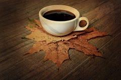 Café chaud d'expresso de noir d'automne une table et un automne en bois m Image stock
