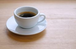 Café chaud dans la cuvette blanche Photographie stock libre de droits