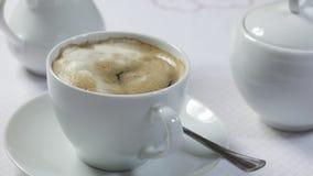 Café chaud dans le petit déjeuner de matin banque de vidéos