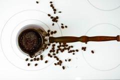 Café chaud dans le turc sur le fourneau de cuisinier Photos stock