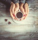 Café chaud dans les mains de aimées Photos libres de droits