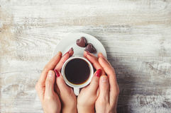 Café chaud dans les mains de aimées Photo libre de droits