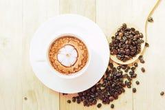 Café chaud de cappuccino avec la mousse gentille de modèle image libre de droits