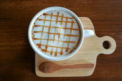 Café chaud de crème de caramel dans la tasse blanche Image libre de droits