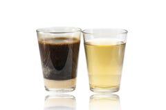 Café chaud de lait et thé chaud sur le fond blanc Image libre de droits