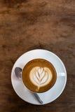 Café chaud de Latte d'art dans la table photographie stock libre de droits