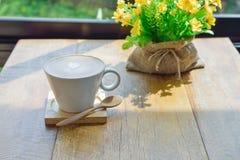 Café chaud de latte dans la tasse en verre de tasse Image stock