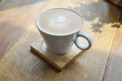 Café chaud de latte dans la tasse en verre de tasse Image libre de droits