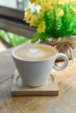 Café chaud de latte dans la tasse en verre de tasse sur en bois Images stock