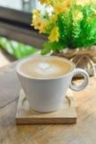 Café chaud de latte dans la tasse en verre de tasse sur la table en bois Images stock