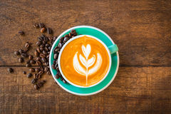 Café chaud de Latte dans la tasse verte Photos stock