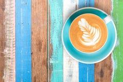 Café chaud de vue supérieure dans la tasse et sur le textu multi de couleur de table en bois Photographie stock libre de droits