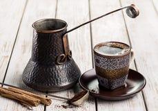Café chaud en tasse, pot de café turc et épices Photographie stock