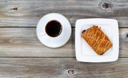 Café chaud et croissant fraîchement cuit au four Photos stock